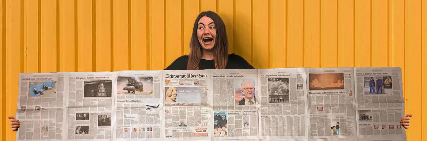 """Jana Schütz freut sich über das Projekt """"ZiSch  --- Zeitung in der Schule"""" und präsentiert ihr Exemplar des """"Schwarzwälder Boten"""""""