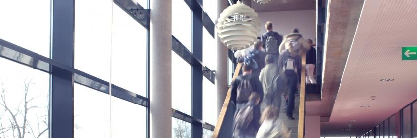 Schüler auf Treppe