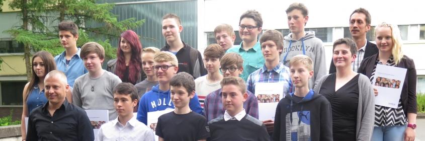 Freuen sich über ihre Auszeichnungen: Die Teilnehmer der TECademy mit Joachim Gasser vom BBQ (vorne links) sowie Bernd Welte (hintere Reihe, rechts) und Monika Itta (mittlere Reihe, Zweite von rechts), den Lehrkräften der FTS
