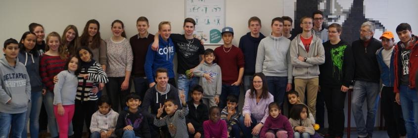 Flüchtlingskinder spielen im Religionsunterricht des Technischen Gymnasiums Schwenningen