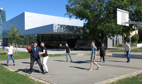 Die neuen Schüler im Berufskolleg für Informationstechnik spielen Basketball und Speedminton