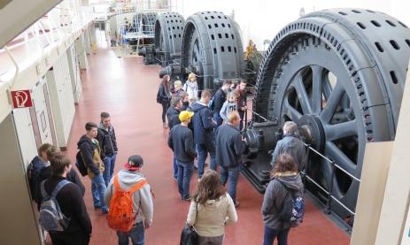 Jahrgangsstufe 1 des TG-Schwenningen bei einer Führung im Wasserkraftwerk Wyhlen