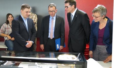 Landrat Sven Hinterseh eröffnet die Ausstellung und begutachtet die Ausstellungsstücke
