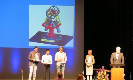 Monja Burger und Christoph Kummer überreichen den Konstruktionspreis der Firma Solidpro.