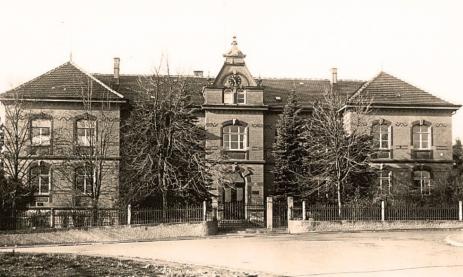 Die staatliche Feintechnikschule, wie sie in ihren Anfangsjahren ausgesehen hat. Repros: Heinig Foto: Schwarzwälder-Bote