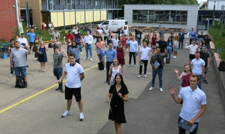 Abiturienten und Hauptschüler freuen sich über die Zeugnisse der Staatl. Feintechnikschule