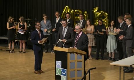 Schulleiter Thomas Ettwein (li.) und Abteilungsleiter Marc Fehrenbacher übergeben die Zusatzpreise.
