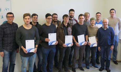 Schulleiter Thomas Ettwein (links), Fachlehrer Stefan Tavernier (rechts) und Abteilungsleiter Paul-Thomas Weich (2.v.r.) gratulieren den Absolventen des Zusatzlehrgangs AEVO