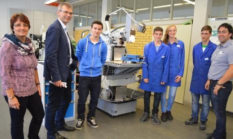 Jonas Bühring (Mitte) informiert sich gemeinsam mit seinen Eltern über die Berufsausbildung zum Feinwerkmechaniker. Foto: Bloss