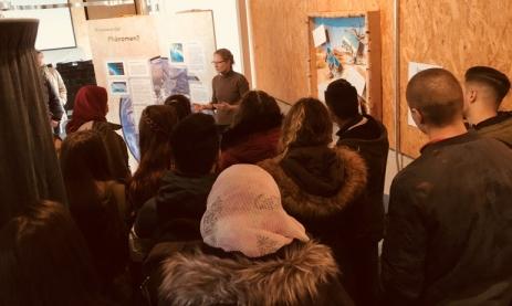 Angie Manton führt die Schüler durch die Ausstellung.