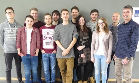 Die Lehrer Bernd Flaig (re.) und Norman Singer mit ihrer Abitur-Klasse im Profil Umwelttechnik