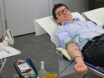 Schulleiter Thomas Ettwein spendet Blut
