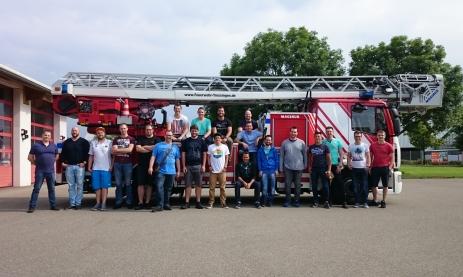 Schüler der Teilzeittechnikerklasse der Staatlichen Feintechnikschule besuchen mit ihrem Klassenlehrer Gino Raffa (links) die Freiwillige Feuerwehr Trossingen