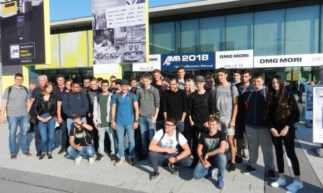Die Lehrer Michael Miksic und Wolfgang Häusler (v.l.) begleiten die Klassen 3BFM2 (Feinwerkmechaniker im 2. Lehrjahr) und 3BFM3 (3. Lehrjahr) der Staatlichen Feintechnikschule zur Maschinenbaumesse AMB nach Stuttgart
