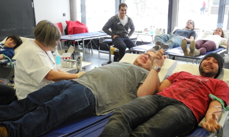 Technikerschüler haben Spaß beim Blutspenden