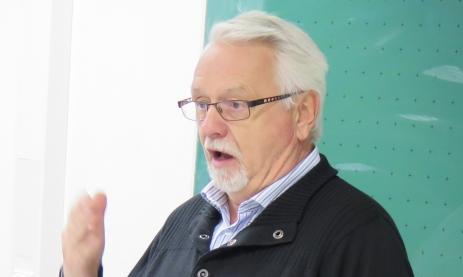 Der ehemalige DDR-Bürger Winfried Lütgens berichtet den Uhrmacher-Schülern im 3. Lehrjahr vom Unrecht aber auch den Vorteilen vor dem Mauerfall