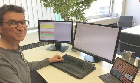 Schulleiter Thomas Ettwein nutzt drei Bildschirme für seinen Unterricht über eine Videokonferenz. Einen der Monitore sehen die Schüler live als Tafelersatz.