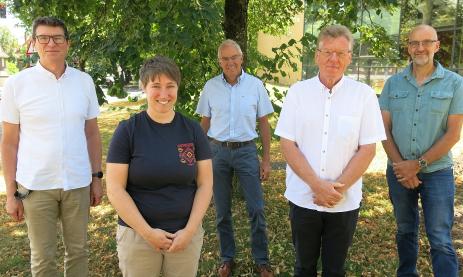 Schulleiter Thomas Ettwein (links) verabschiedet Jana Grieb (Schulsozialarbeit, Elternzeit), Rudi Straetker (Englisch, Sport), Frank Storz (Metallwerkstatt) und Martin Storz (Uhrmacher-Theorie).