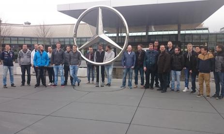 Die Klasse FTFWT3F (Teilzeit-Techniker im 3. von 4 Jahren) besucht die Entwicklung und Fertigung von Elektromotoren bei Mercedes-Benz in Sindelfingen mit ihrem Lehrer Predrag Savija (2. von links)