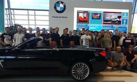 Angehende Feinwerktechniker der Staatlichen Feintechnikschule besuchen BMW in München. Begleitende Lehrer waren Gerhard Müller und Bernd Grießhaber.