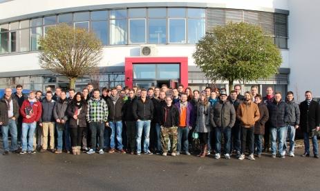 Technikerschüler der Schwenninger Feintechnikschule zu Gast bei Hommel & Keller in Aldingen.