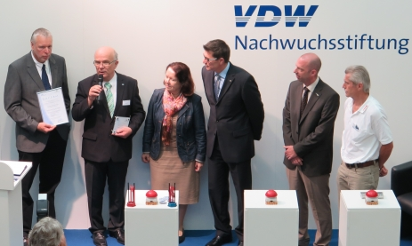 v.l.n.r.: Klaus Lorenz (Kultusministerium), Peter Bole (VDW-Nachwuchsstiftung), Thomas Ettwein, Annemarie Conradt-Mach, Dirk Mergenthaler, Jürgen Kubas (Feintechnikschule)