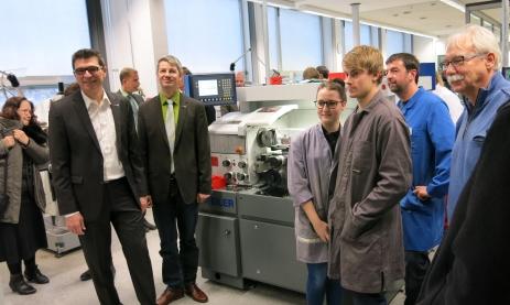 Neue Maschinen in der Feintechnikschule: Schulleiter Thomas Ettwein sowie Stellvertretender Schulleiter Udo Held (von links) besuchen die Gymnasiasten, die an der Fräsmaschine Stiftehalter herstellen.