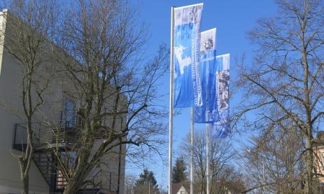 Neue Flaggen am Haupteingang