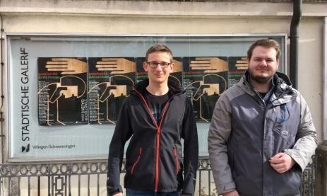 Die Autoren vor der Städtischen Galerie