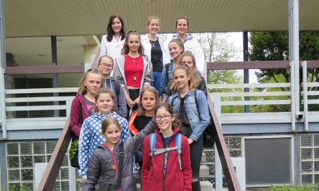 Zehn Mädchen nahmen mit 3 Betreuerinnen (hinten) am Girlsday der Staatlichen Feintechnikschule teil und bauten eine kleine Sonnenuhr