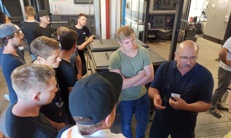 Schüler der FTFW1F (Feinwerktechniker, Berufsprofil Fertigungstechnik im 1. Jahr) hören interessiert Udo Wambach bei der Technikführung durch das Klinikum zu.