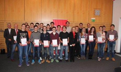 Die zehn Siegermannschaften des Planspiels Börse 2014 aus der Region mit Lehrern und Spielbetreuern. (C) Südkurier