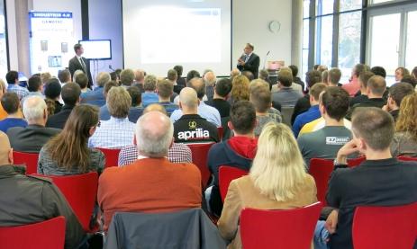 Der Vortrag von Dr. Walz (rechts) und Herrn Fritz, Geschäftsführer des Unternehmens GEWATEC, zur Vernetzung der Produktion (Industrie 4.0) fand großen Anklang bei Förderkreismitgliedern, ehemaligen und aktuellen Feintechnikschülern