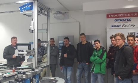 Interessierten Besuchern zeigt der Fachlehrer Frank Storz (links) die Industrie-4.0-Anlage