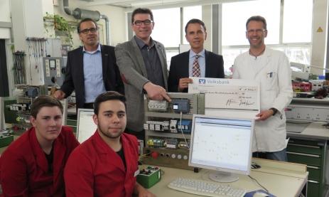 Von links: Lothar Kübler (geschäftsführender Gesellschafter), Thomas Ettwein (Schulleiter), Gebhard Kübler (geschäftsführender Gesellschafter) und Wolfgang Armborst (Fachlehrer) bei der offiziellen Spendenübergabe von 1.500 €