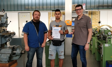 Schulleiter Thomas Ettwein (rechts) und Werkstattlehrer Thomas Jauch überreichen Patrick Haupt aus der Klasse Systemelektroniker, 1. Lehrjahr den Preis für den besten Verbesserungsvorschlag