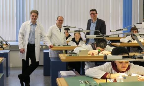 Schulung der Uhrmacher. V.l.: Oliver Matzdorf von Lange&Söhne, Fachlehrer Dieter Kropf, Schulleiter Thomas Ettwein