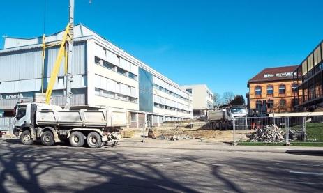 Die Erdarbeiten für die neue Maschinenhalle der Feintechnikschule sind bereits in vollem Gange. Foto: Herfurth Foto: Schwarzwälder Bote