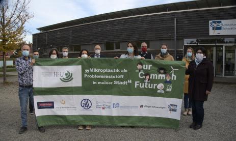 Banner des Our Common Future Projekts mit dem Projektteam vor dem Umweltzentrum. Von links nach rechts: Herr Singer, Herr Kornberger, Frau Roth, Herr Bosch, Frau Salat, Herr Fath, Frau Beha, Herr Schott, Frau Kalström, Frau Hiller, Frau Friderich