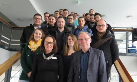 Ulrike Stauss und Lothar Bertsche, erfolgreiche Unternehmer, berichten den Meisterschülern der Staatl. Feintechnikschule (Industriemeister und Uhrmachermeister), wie man sich selbständig macht.