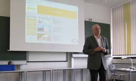 Peter Hellstern, Geschäftsführer der Firma Sternplastic, referiert vor Schülern der Erwachsenenbildung in der Feintechnikschule