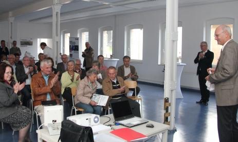 Peter Hellstern von der VEFS dankt Stefan Beetz vor den Mitgliedern