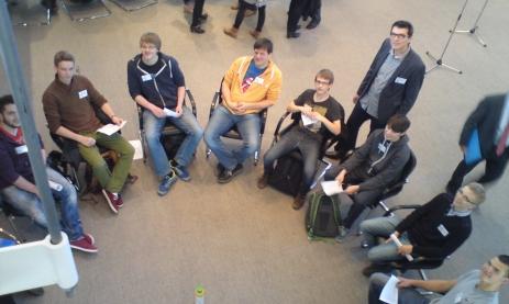Die 8 Schüler der Feintechnikschule / des Technischen Gymnasiums mit Schulleiter Ettwein