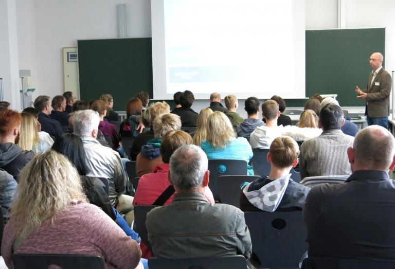 Abteilungsleiter Dirk Mergenthaler gibt in einem Vortrag eine Übersicht über die Bildungsgänge der Schule.