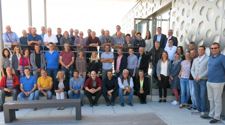 Der Inhaber des Leuchtenherstellers Waldmann in VS-Schwenningen Gerhard Waldmann (hinten rechts), seine Tochter (außen links) und seine Mitarbeiter begrüßten das Kollegium der Staatlichen Feintechnikschule zu einer Besichtigung der Produktion