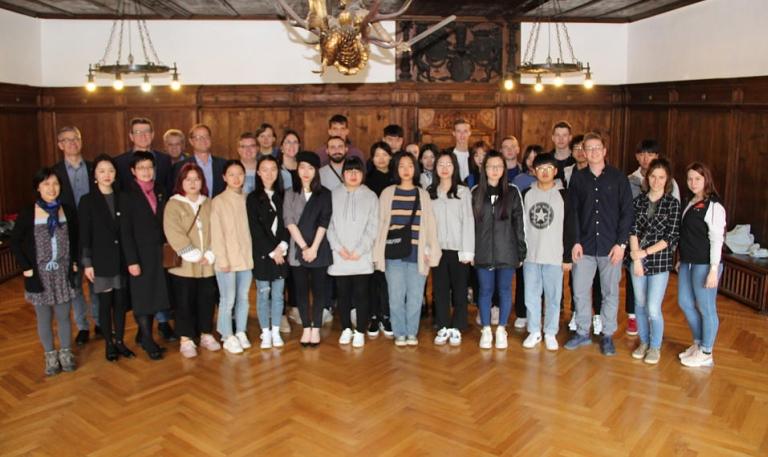 19 Schüler aus Ningbo und ihre Begleiter wurden von Oberbürgermeister Roth im Alten Rathaus begrüßt.