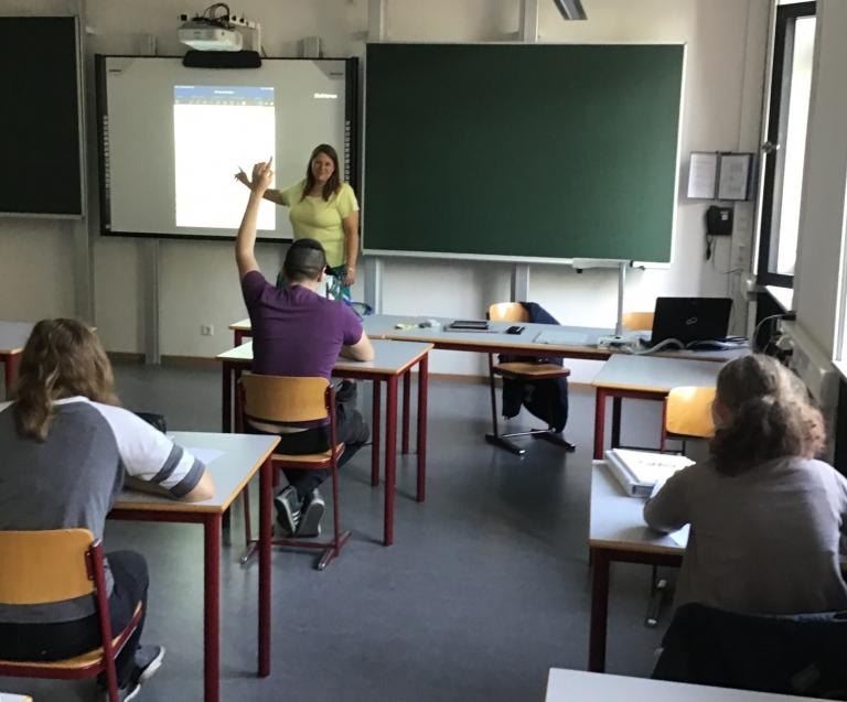 Schülerinnen und Schüler im Sprachförderkurs bei Kirsten Rocholl