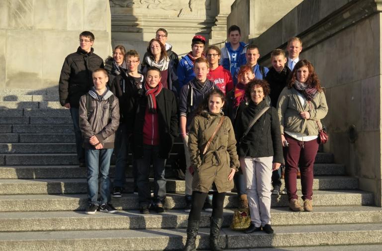 Französische Austausschüler aus dem Elsass mit den deutschen Schülern des TG Schwenningen vor dem Bundestag.