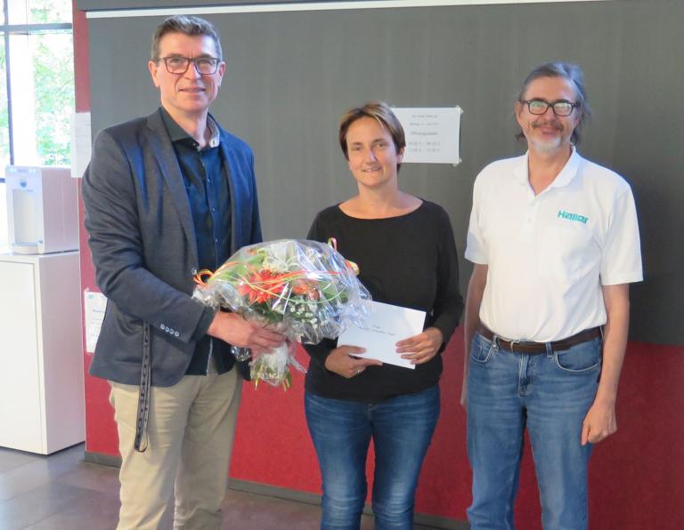Thomas Ettwein (links) verabschiedet gemeinsam mit Dr. Hans-Walter Haller (rechts) die langjährige Kassiererin Kerstin Straetker-Vogt (Mitte)
