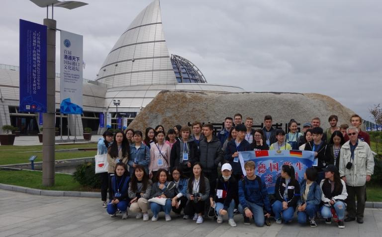 Schüler der Feintechnikschule mit chinesischen Schülern und ihren Lehrern Paul-Thomas Weich (rechts) und Lothar Sdun (nicht auf dem Bild) im Hafenmuseum von Ningbo